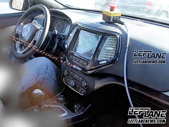 Шпионы сфотографировали интерьер нового Jeep Cherokee