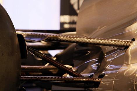 Инновационная конструкция боковых частей болида позволила оптимизировать аэродинамику. Фото 3