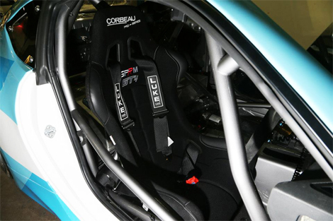 Мотор купе развивает от 364 до 405 лошадиных сил. Фото 2