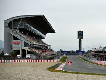 Последний день тестов Формулы-1 прошел на мокрой трассе