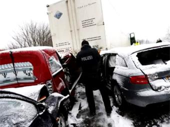 На немецком автобане столкнулись более 100 машин