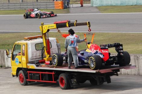 Пилота Red Bull передвинули на последнее место за недолив топлива