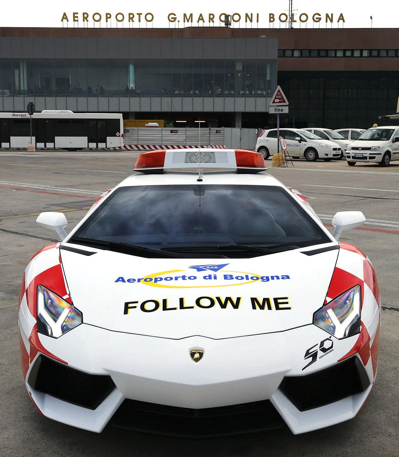 Lamborghini Aventador поможет самолетам выруливать на взлетную полосу