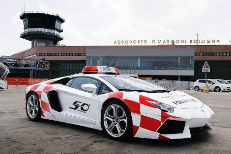 Lamborghini Aventador поможет самолетам выруливать на взлетную полосу. Фото 1
