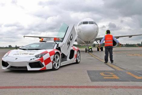Lamborghini Aventador поможет самолетам выруливать на взлетную полосу. Фото 2