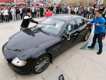 Недовольный сервисом клиент Maserati прилюдно разбил Quattroporte