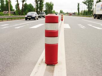 Встречку на четырехполосных дорогах предложили отделить столбиками