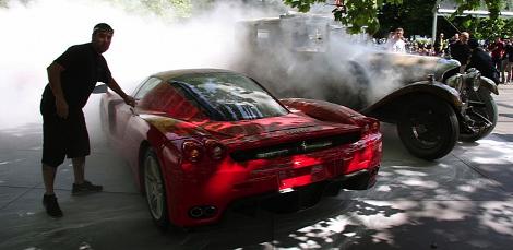 От пожара едва не пострадал еще один автомобиль  суперкар Ferrari Enzo