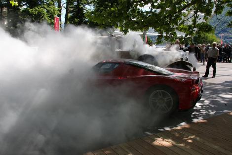 От пожара едва не пострадал еще один автомобиль  суперкар Ferrari Enzo. Фото 1