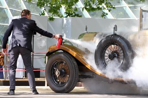 От пожара едва не пострадал еще один автомобиль  суперкар Ferrari Enzo. Фото 2