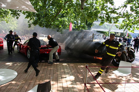 От пожара едва не пострадал еще один автомобиль  суперкар Ferrari Enzo. Фото 3