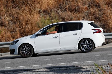 Хот-хэтч Peugeot 308 GTi заметили во время дорожных испытаний. Фото 1