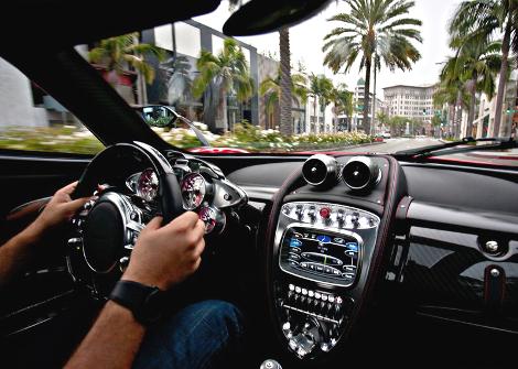 Стоимость углеволоконного кузова для купе Huayra составила 112,5 тысячи евро. Фото 2