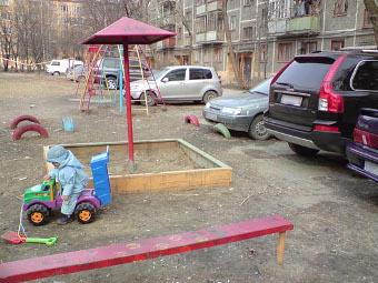 Нарушителей парковки во дворах предложили заставить мыть подъезды
