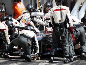 Нико Хюлькенберг сломал палец механику Sauber