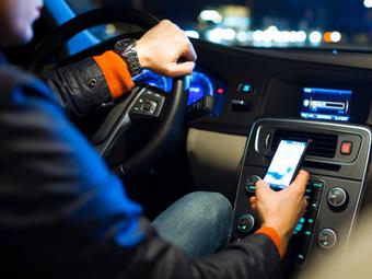 Депутаты предложили разрешить водителям переписку в соцсетях в пробках