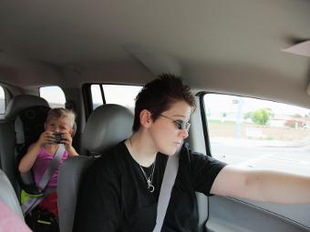Дети в машине оказались в 12 раз опасней разговора по телефону за рулем