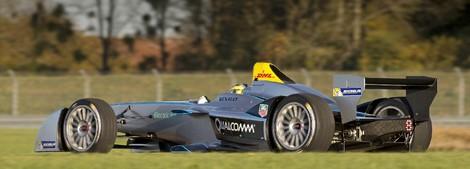 Экс-пилот Формулы-1 Лукас ди Грасси опробовал гоночный электромобиль