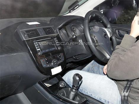 Интерьер нового хэтчбека Nissan сфотографировали во время испытаний модели