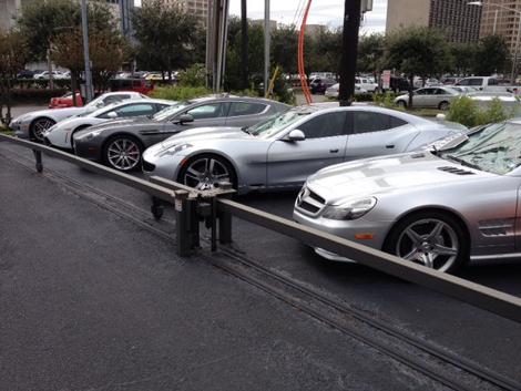 Преступник стрелял из дробовика в Aston Martin Rapide и Lamborghini Gallardo