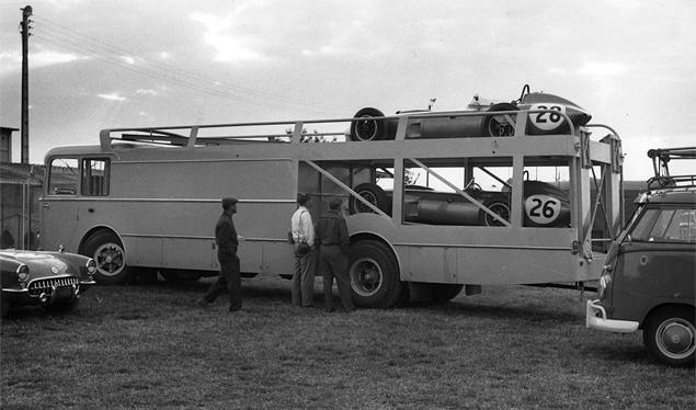 Самые удивительные грузовики, перевозившие гоночные автомобили. Фото 13