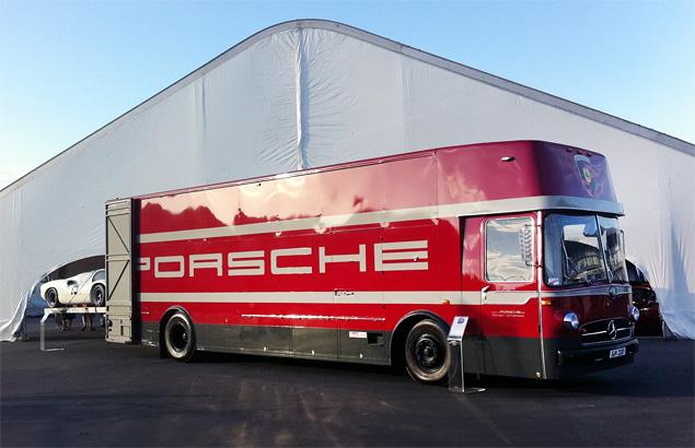 Самые удивительные грузовики, перевозившие гоночные автомобили. Фото 24