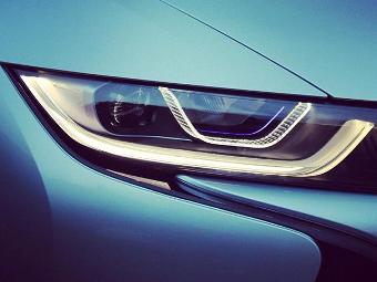 В BMW пошутили над лазерными фарами Audi