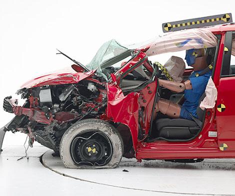 В IIHS провели краш-тест 11 компактных автомобилей. Фото 1