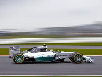 """Новый """"Мерседес"""" для Формулы-1 представили на трассе в Хересе"""