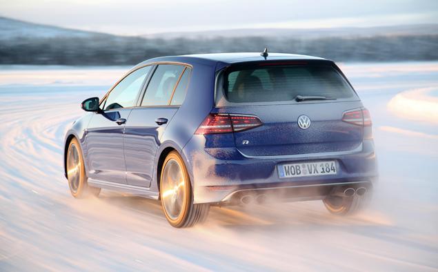 Как новый Volkswagen Golf R едет по льду