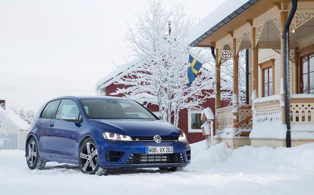 Как новый Volkswagen Golf R едет по льду. Фото 3