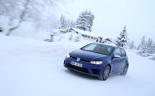 Как новый Volkswagen Golf R едет по льду. Фото 5