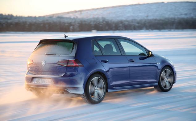 Как новый Volkswagen Golf R едет по льду. Фото 7