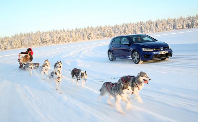 Как новый Volkswagen Golf R едет по льду. Фото 8