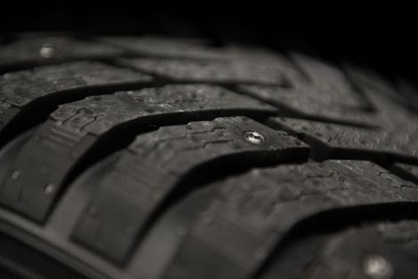 Шипы в новых покрышках выдвигаются после нажатия кнопки в салоне машины