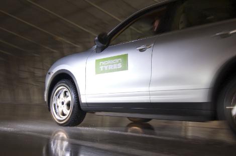 Шипы в новых покрышках выдвигаются после нажатия кнопки в салоне машины. Фото 1