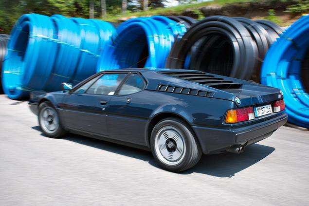 Проникаемся духом «олдскульного» суперкара BMW M1 и спортивного седана M535i. Фото 6