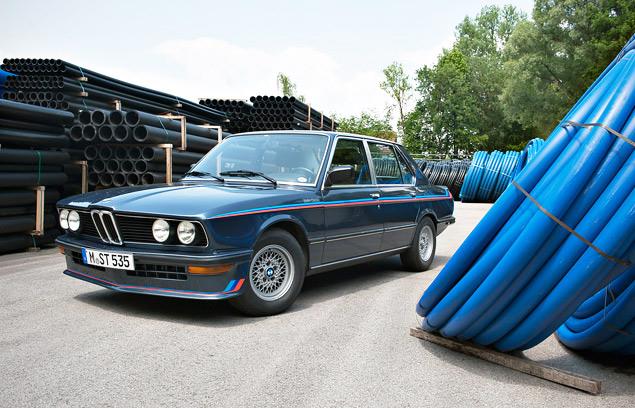 Проникаемся духом «олдскульного» суперкара BMW M1 и спортивного седана M535i. Фото 9
