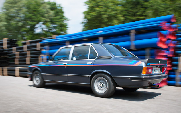Проникаемся духом «олдскульного» суперкара BMW M1 и спортивного седана M535i. Фото 10