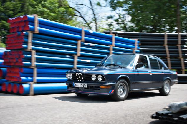 Проникаемся духом «олдскульного» суперкара BMW M1 и спортивного седана M535i. Фото 12