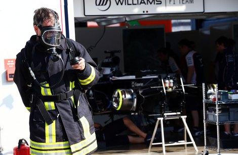 Для тушения ситстемы KERS в боксы прибыли пожарные. Фото 1