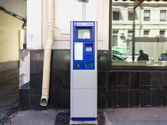 В Москве разрешили пополнять парковочные счета наличными