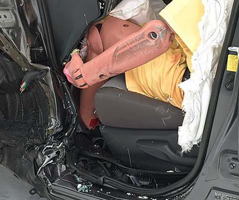 Кроссовер RAV4 не выдержал тест на удар с 25-процентным перекрытием. Фото 1