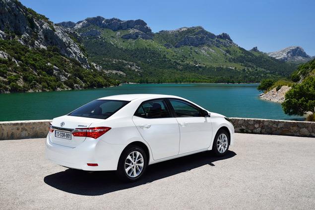 Выясняем, способна ли новая Toyota Corolla усидеть на двух стульях. Фото 1