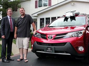 Toyota подарила полицейскому из Нью-Йорка два автомобиля