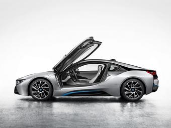 В Сеть попали фотографии серийного спорткара BMW i8