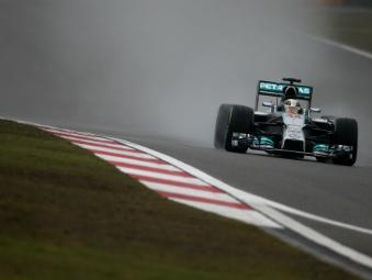 Льюис Хэмилтон выиграл дождевую квалификацию Гран-при Китая