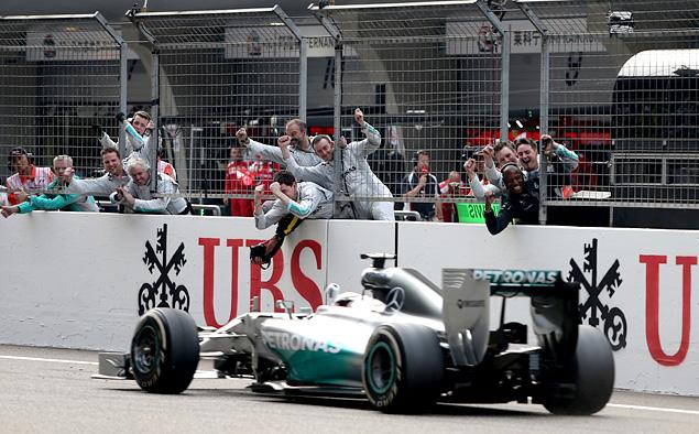 Льюис Хэмилтон оформил хет-трик, выиграв Гран-при Китая. Фото 5