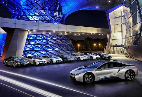 Компания BMW передала клиентам первые восемь спорткаров