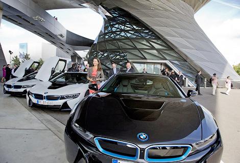 Компания BMW передала клиентам первые восемь спорткаров. Фото 1